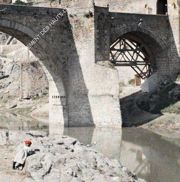 Un niño mira el Puente de Alcántara entre el 15 y el 17 de junio de 1914. Autocromo de Auguste Léon (detalle). © Musée Albert-Kahn - Département des Hauts-de-Seine