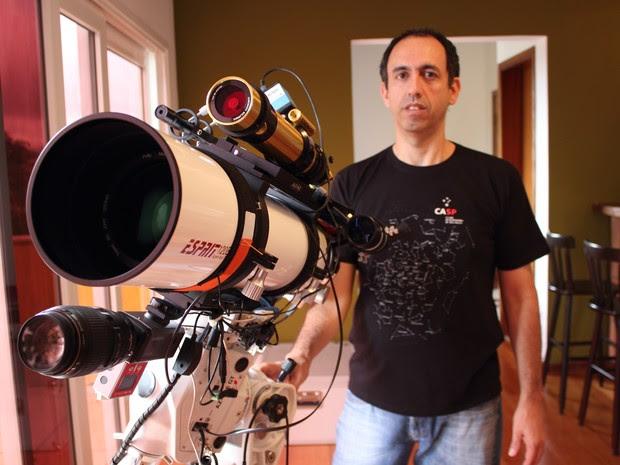 Marco Mastria, astrônomo amador da Bramon, com um de seus telescópios em Mogi das Cruzes (Foto: Jamile Santana/G1)