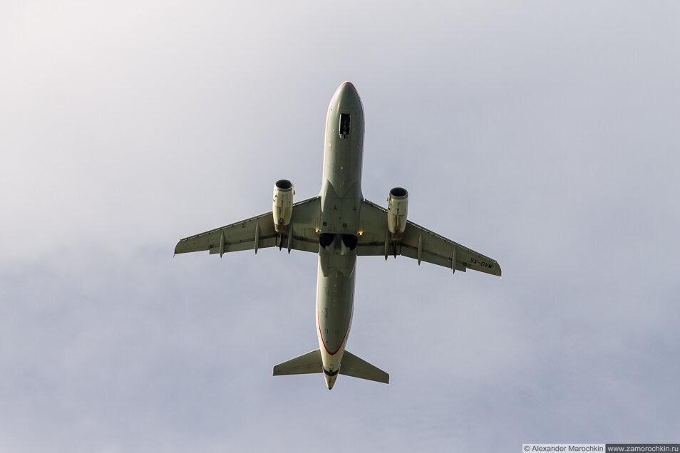 Самолёт в небе. Керкира, Корфу, Греция