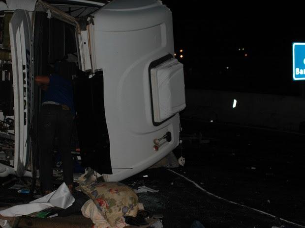 Caminhão - que estava sem a carroceria, somente o 'cavalinho' - capotou (Foto: Luciano Guerino / GMJ)