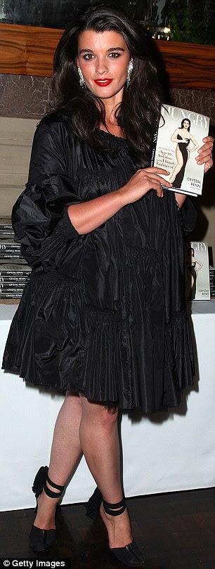 Figura Slim: Ex-plus size-modelo Crystal Renn, uma vez que um tamanho 16 (direito em 2009) e também tem lutado com anorexia, exibiu sua perda de peso contínuo a Sports Illustrated 2012 Swimsuit Edition lançamento em Las Vegas
