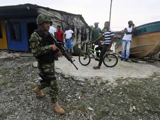 Soldado das Forças Especiais da Colômbia patrulha as ruas do bairro 'La Playita', em Buenaventura, cidade mais violenta do país. (Foto: John Vizcaino/ Reuters)