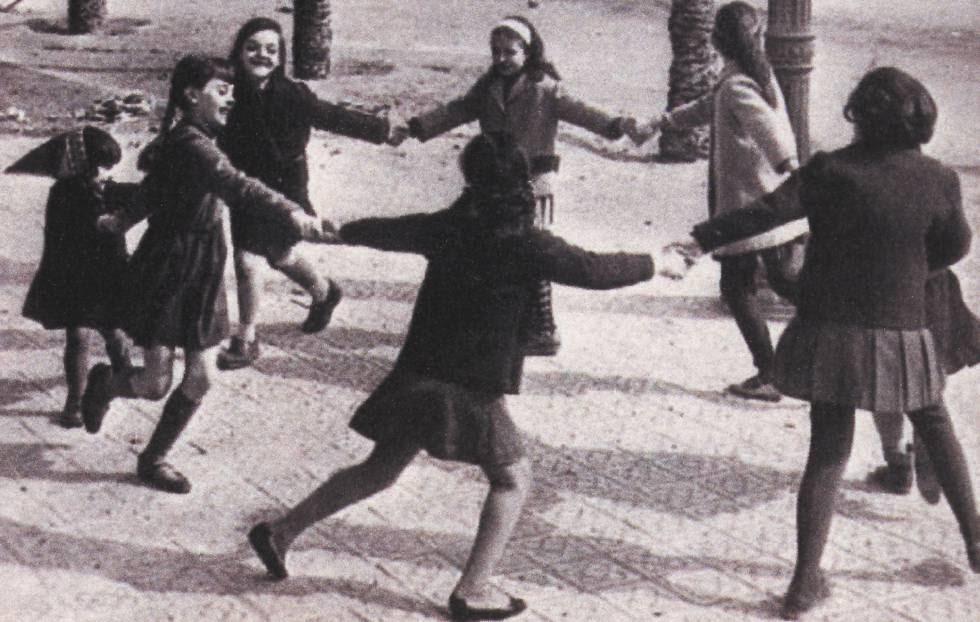 Unas niñas juegan al corro de la patata, en una imagen del libro 'Guía de Juegos Tradicionales Madrileños'.