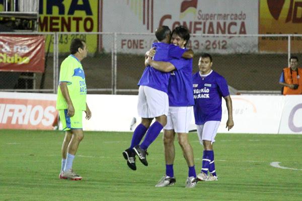 Autor de um  dos gols da equipe dos parlamentares, Fábio Faria recebe um forte abraço de Romário