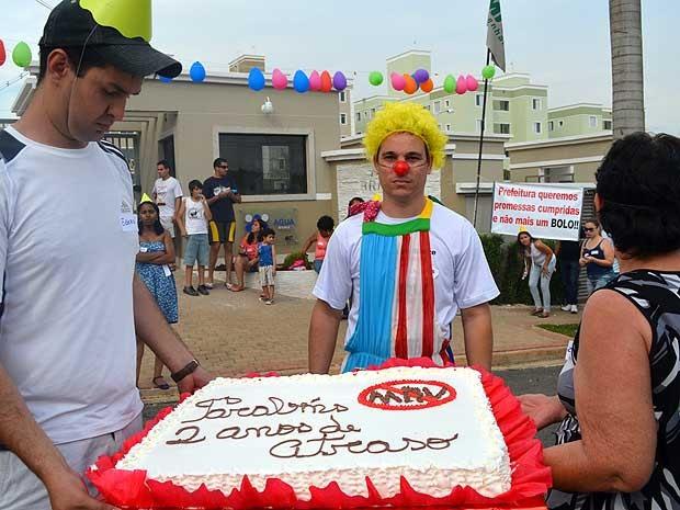 Bolo 'ironiza' atraso de dois anos na entrega de apartamentos em condomínio da MRV em Campinas (Foto: Fernando Pacífico/G1 Campinas)