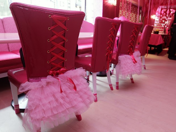 Cadeiras temáticas do novo restaurante (Foto: REUTERS/Pichi Chuang)