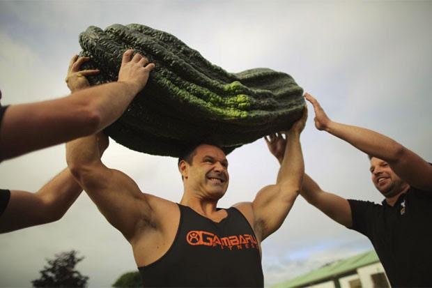 halterofilista britânico Jonathan Walker ajudou a erguer uma abobrinha de 54,32 quilos