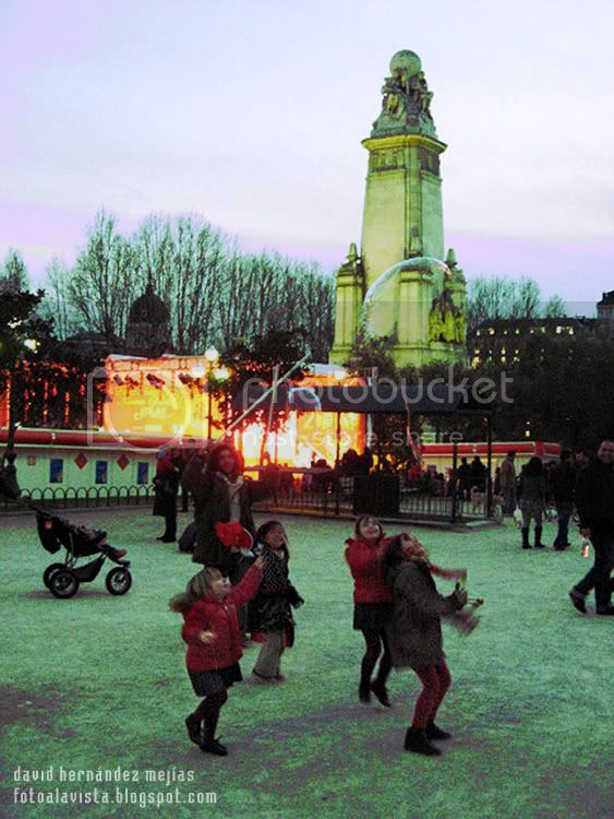 Unas niñas saltan a coger enormes pompas de jabón en la Plaza de España de Madrid