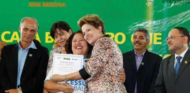 Dilma abraça aluna durante cerimônia de formatura do Pronatec (Programa Nacional de Acesso ao Ensino Técnico e Emprego), em Governador Valadares (MG), nesta segunda-feira (17)