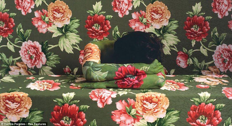 Coordenação de cores: Ms Paredes descansa braços em cima uns dos outros - para fazer uma flor vermelha perfeita - nesta foto