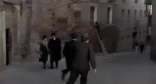 """Entrada al """"Pasadizo de Balaguer"""" en la Calle de la Ciudad, Toledo, en 1969 (Captura de """"Tristana"""" de Buñuel)"""