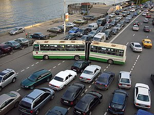 Traffic congestion at Kosmodamianskaya embankm...
