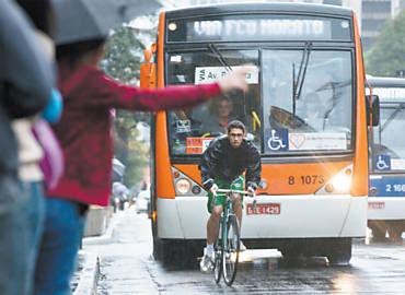 Ciclista disputa faixa com ônibus na avenida Paulista (SP); filmar o comportamento de condutores está virando moda