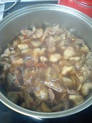 牛スジ煮込み 調味料を入れて煮る