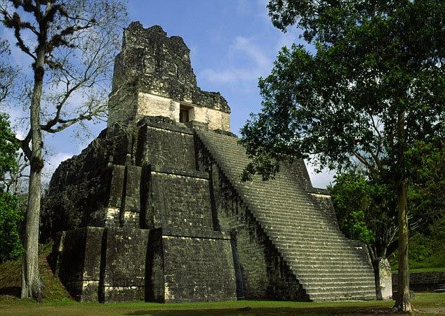 Suas paredes são decoradas com pinturas originais - uma representando um line-up de homens em uniformes pretos, e centenas de números rabiscadas - muitos cálculos relacionados com o calendário maia