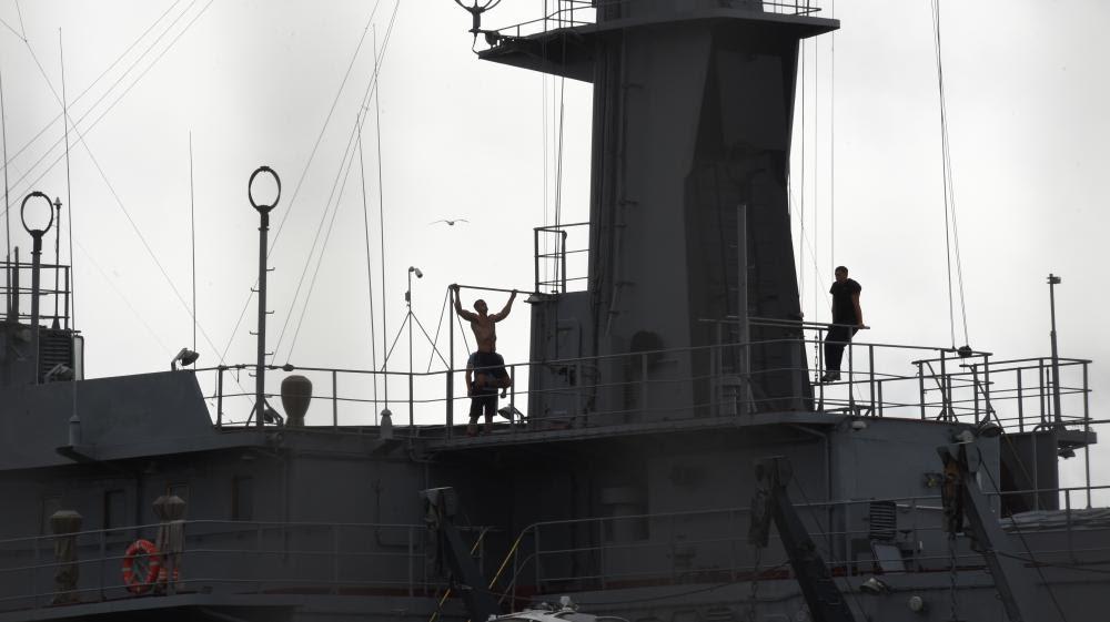 """Des marins sur le Mistral """"Vladivostok"""" à Saint-Nazaire (Loire-Atlantique), le 8 août 2014."""