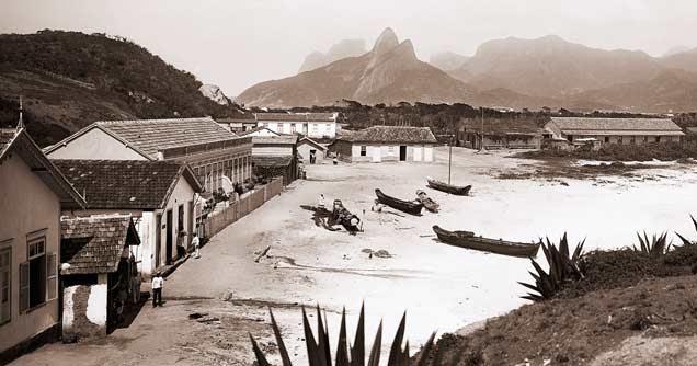 Resultado de imagem para foto de Marc Ferrez de 1895 já mostrava canoas de pescadores nas areias de copacabana