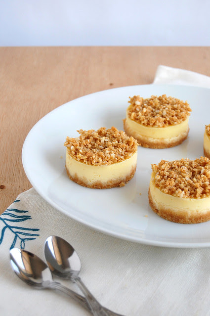 Vanilla and macadamia crumble mini cheesecakes / Mini cheesecakes de baunilha com cobertura crumble de macadâmia