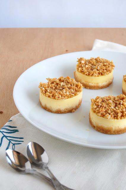 Vanilla and macadamia crumble mini cheesecakes / Mini cheesecakes de baunilha com cobertura crumble de macadâmia