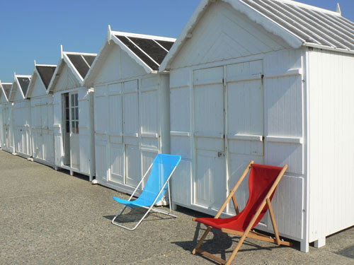 cabine et chaises longues.jpg