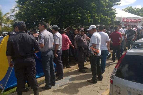 Policiais Militares permanecem reunidos em frente à Governadoria