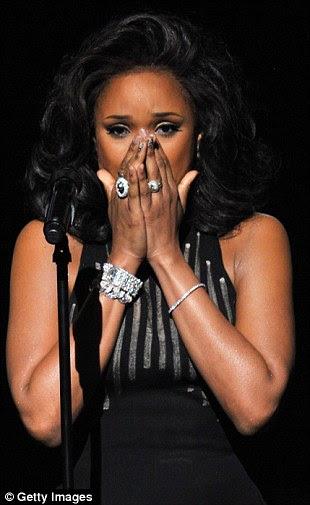 Tomado pela emoção: O cantor de 30 anos de idade, realizou as lágrimas até o fim de sua canção