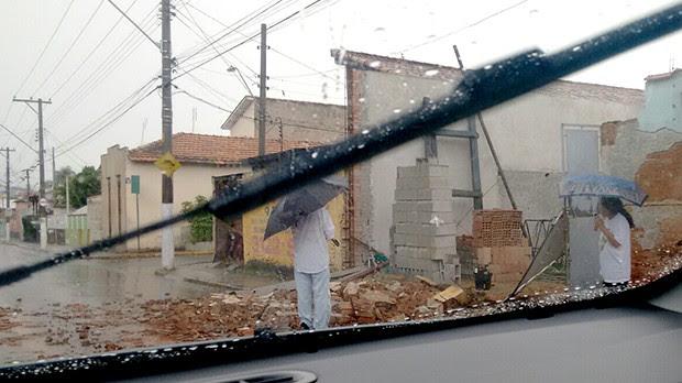 Vento forte derrubou muro de casa em Guaratinguetá (Foto: Alaf Ruan/ Vanguarda Repórter)