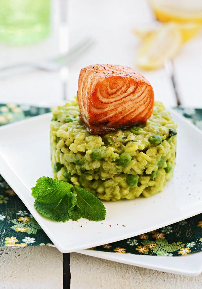 risotto a la menta con guisantes y salmón