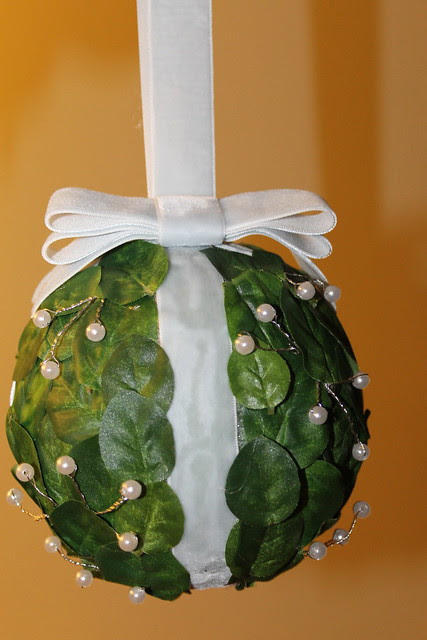 How to make a mistletoe pomander