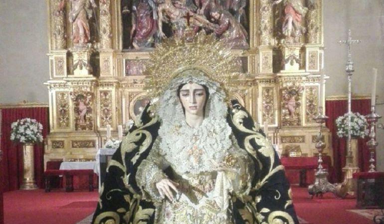 La Virgen de La Salud de San Gonzalo en besamanos ante el altar mayor de la parroquia del Sagrario