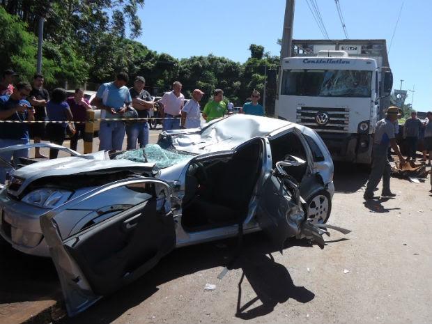 Acidente envolveu dois carros e um caminhão (Foto: PRE/ Divulgaçao)