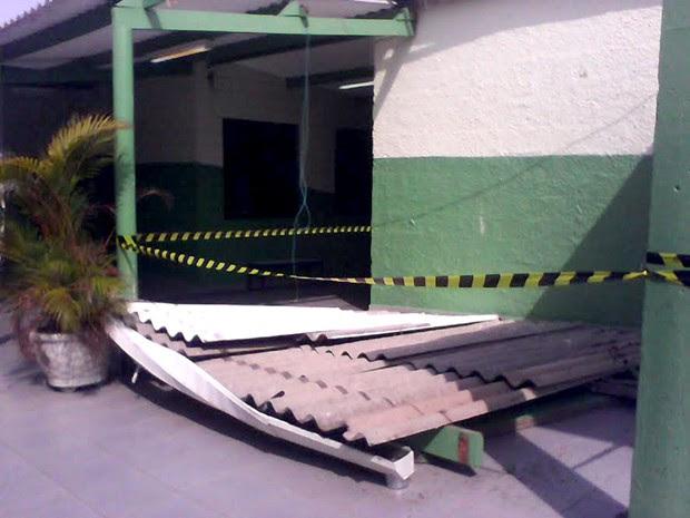 Telhado de escola que funciona como local de votação caiu e feriu duas pessoas (Foto: Peterson Grecco/TV Vanguarda)