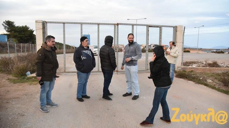 Κάτοικοι του Γραμματικού με το συνεργείο του zougla.gr στη σφραγισμένη είσοδο του ΧΥΤΑ