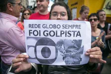 04/03/2016 - PORTO ALEGRE, RS - Ato em defesa da democracia, do LULA e contra o golpe, na Esquina Democrática. Foto: Guilherme Santos/Sul21