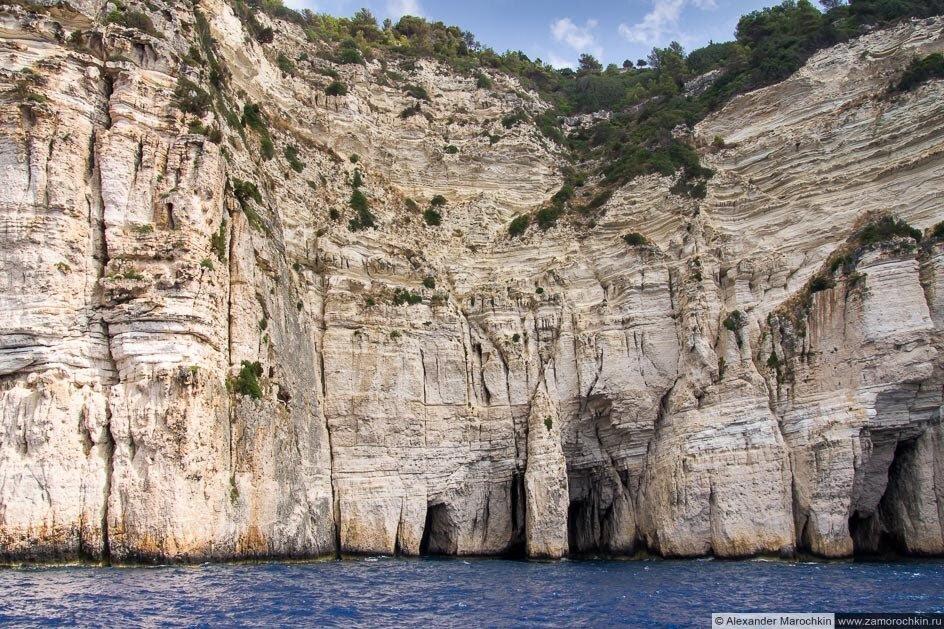 Отвесные скалы острова Паксос