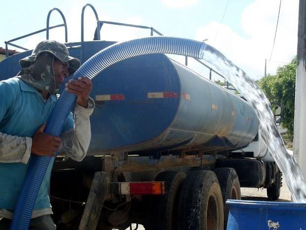 Falta d'água: Comunidade de Barra é socorrida pelos governantes de Buritirama