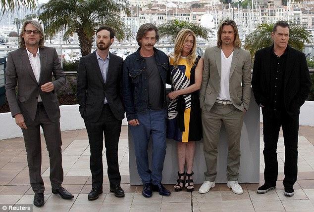 Elenco: Brad Pitt se destacou em seu conjunto dapper enquanto estava ao lado de Dede Gardner, bem como Scoot McNairy e Ray Liotta