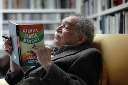 Gabriel García Márquez, con su último libro, 'Yo no vengo a decir un discurso' (2010), ese año en su casa de México.