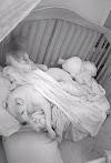 Una atemorizada niña duerme abrazada con su pitbull de 45 kilos