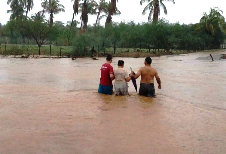 Dona Maria de Bitota fazia anos que não atravessa o Rio Cobra com água de cintura