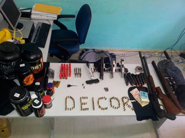 Suplementos alimentares, armas e distintivos foram apreendidos na operação Kidnap no RN (Foto: Divulgação/Polícia Civil)