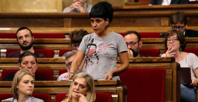 La diputada de la Cup, Anna Gabriel, apoya la solicitud de Junts pel Sí y de la Cup sobre la alteración del orden del día para incluir el debate y tramitación de la Ley de Transitoriedad Jurídica. EFE/Toni Albir