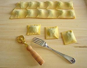 tagliati e rifiniti con la forchetta ricetta/r...