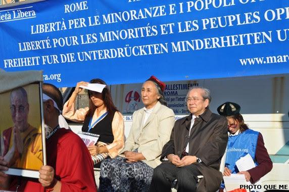 Diễn giả các nước Tây Tạng, Uyghur, Việt Nam, Miến Điện, Iran, Kabina đã phát biểu tại khán đài Roma. Từ trái sang phải : Đại biểu Tây Tạng, bà Rebiya Kadeer và ông Võ Văn Ái