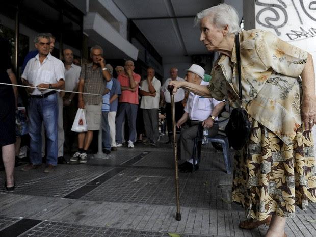 Idosos foram fila para receber a aposentadoria em Thessaloniki, na Grécia (Foto:  REUTERS/Alexandros Avramidis)