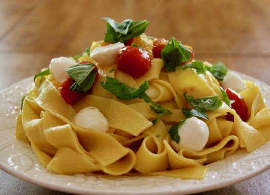 Pappardelle with Fresh Cherry Tomatoes, Mozzarella & Basil — MealDiva