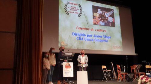 Una familia del CRA Cinca-Cinquea recogió el premio escolar, acompañada por la vicepresidenta de la comarca, Carmen Muro.