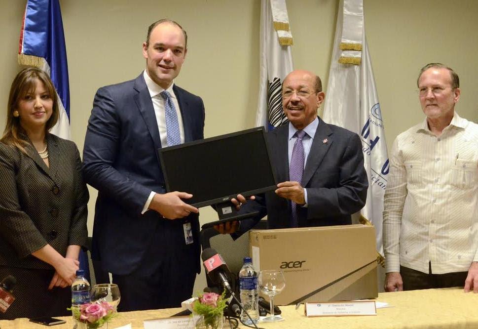 Industria y Comercio e INDOTEL firman acuerdo dará tecnología 1,500 Mipymes