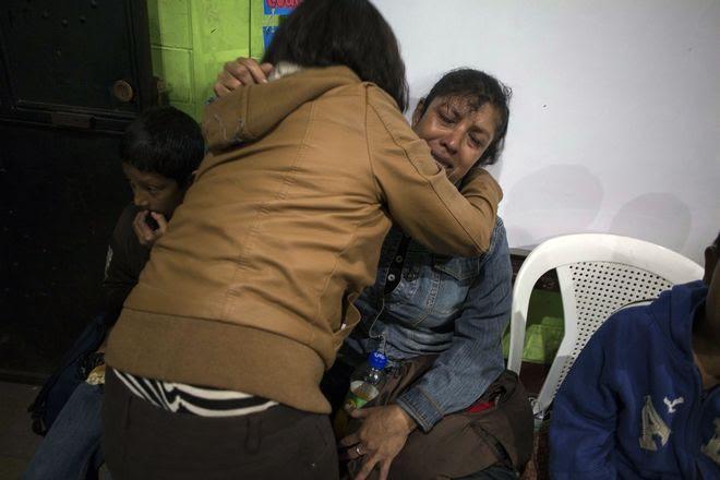 Η Ρουθ Ρίβας, η γυναίκα που βλέπετε στη φωτογραφία, αναζητά τα δύο της παιδιά που αγνοούνται στην επικίνδυνη ζώνη γύρω από το Ηφαίστειο Φουέγο.
