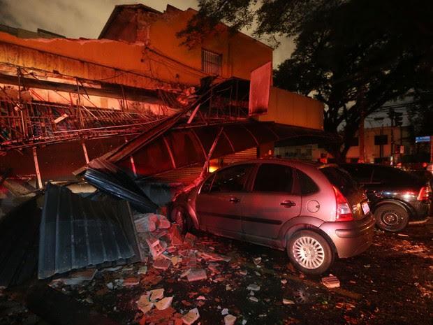 Marquise de padaria em Perdizes desabou por causa de chuva forte em São Paulo (Foto: Alex Silva/Estadão Conteúdo)